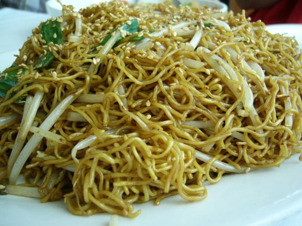 Stir-fried egg noodles with bean sprouts